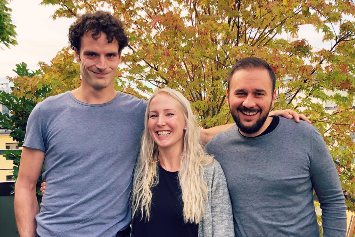 Photo of Benjamin, Anna and Thomas from the Seobility Team in autumn 2019 in front of a tree in autumn colours.