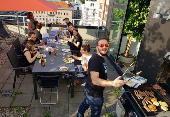 The Seobility team sits on the roof terrace in the Nuremberg office and barbecues in sunny weather.